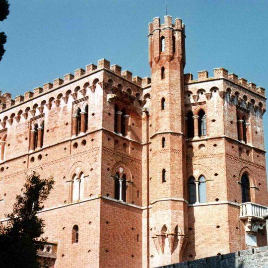 http://www.hotelvillacampomaggio.it/wp-content/uploads/2016/03/Castello_di_brolio0001-540x540.jpg