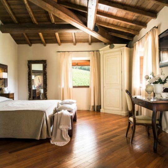 http://www.hotelvillacampomaggio.it/wp-content/uploads/2016/03/ROOM42-540x540.jpg